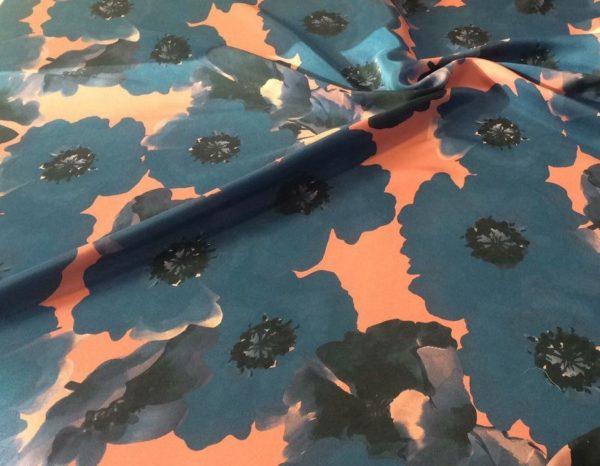 Шёлк в крупные цветы (голубые на розовом)