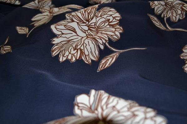 Вискоза в крупные цветы (белые на синем)