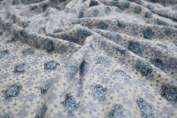 Вискоза в снежинки (голубые на белом)